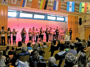 """Ukulelen-Konzert: """"Hüpfende Flöhe"""" sorgen für Begeisterung an Poller Grundschule"""
