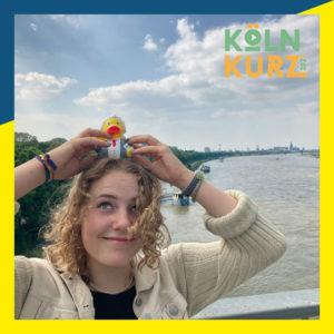 Clara hatte viel Spaß beim Treffen mit unserer Motto-Ente. Sie ist Jurorin bei unserem Jugendfilmpreis.