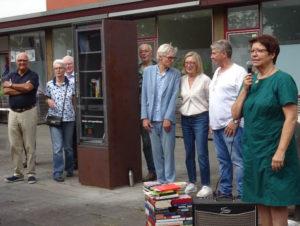 Förderer und Unterstützer bei der Einweihung des Bücherschranks.